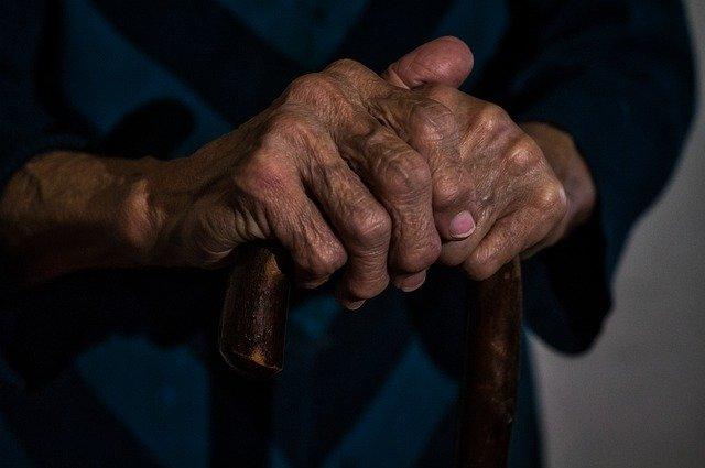 jambes enflées personne âgée